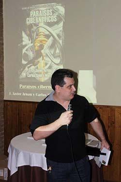 J. Javier Arnau sosteniendo su premio Ignotus